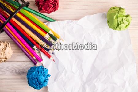 gefaltete farbpapierbleistifte und buero stapeln