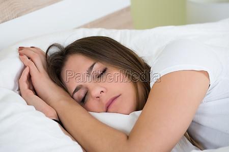 junge frau im schlafzimmer schlafen