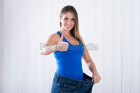 frau zeigt ihre abnehm von jeans
