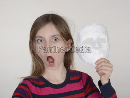 kleines maedchen mit maske