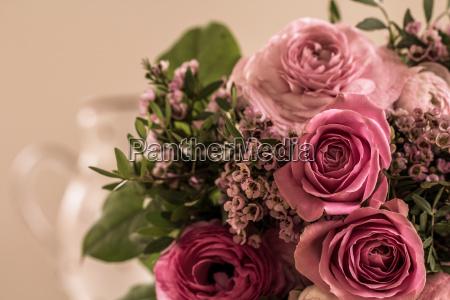 ein toller rosenstrauss in rosetoenen liegt