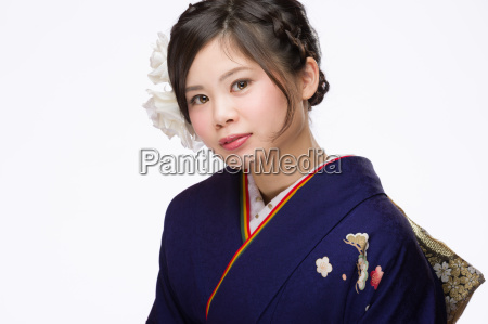 junge japanische maedchen im kimono