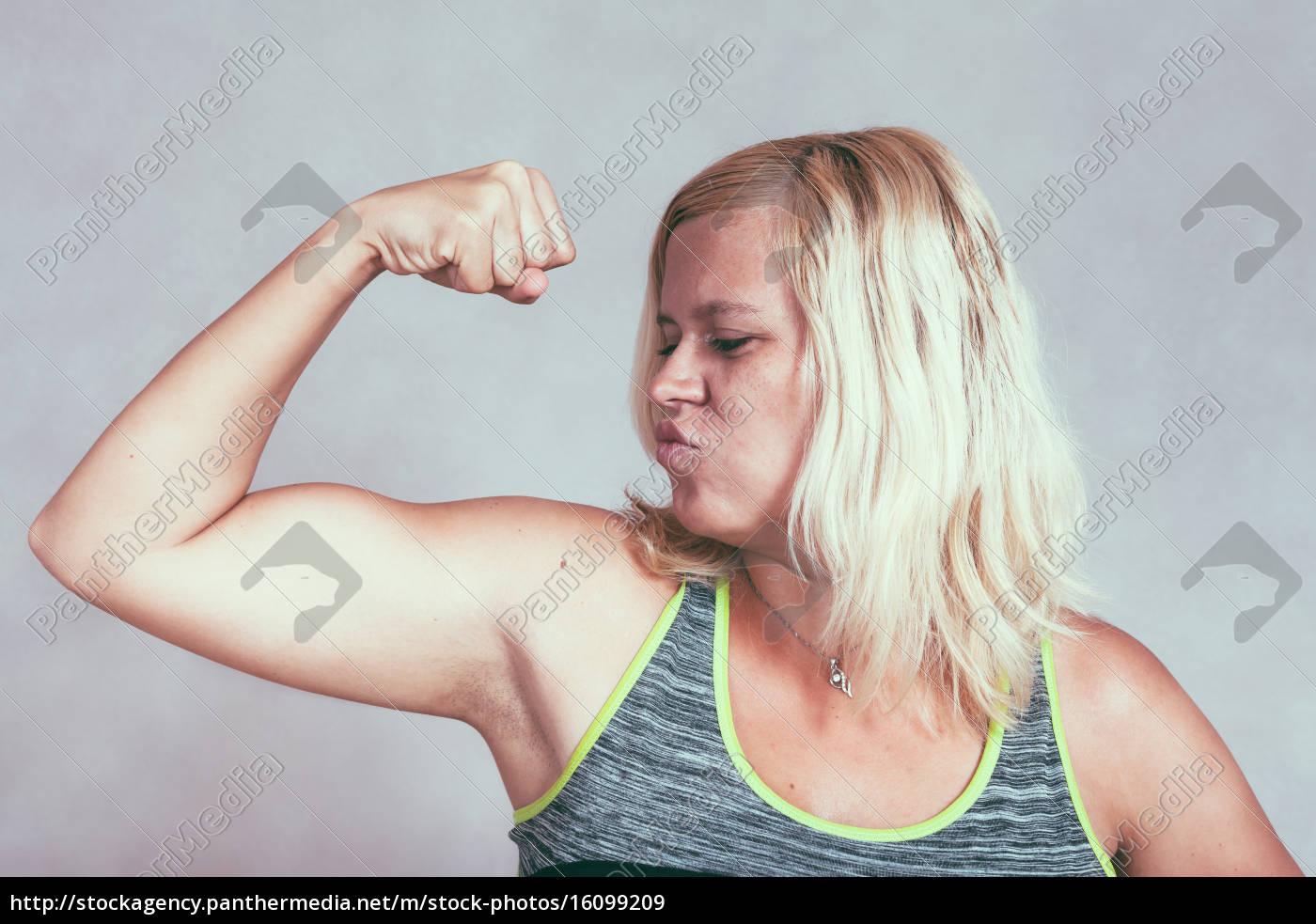 starke muskel sportliche frau beugen bizeps - Stockfoto