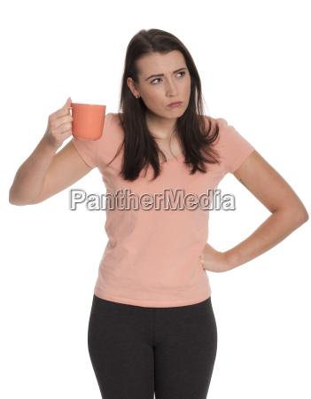 junge frau haelt eine tasse kaffee