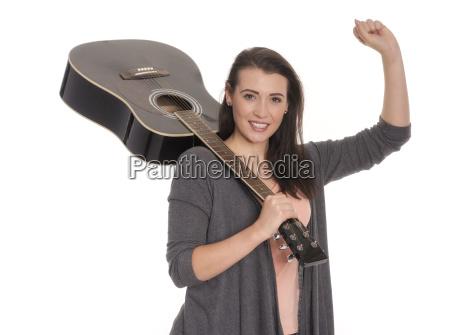 junge frau traegt eine gitarre ueber