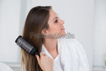 frau die ihr haar