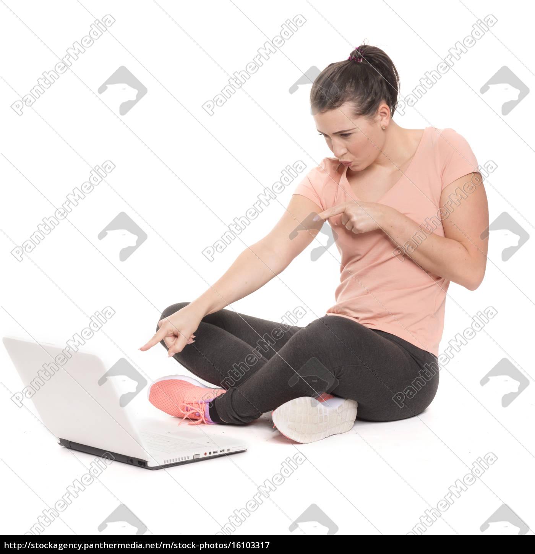 junge, frau, sitzt, am, laptop, und - 16103317
