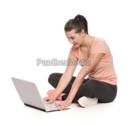 junge, studentin, sitzt, mit, einem, laptop - 16103303