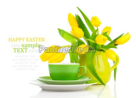 kaffeetasse mit gelben tulpen
