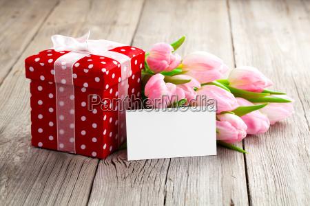 schoene tulpen mit roten tupfengeschenkkarton gluecklicher