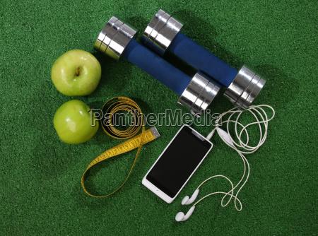 fitness konzept elemente ueber ein gras