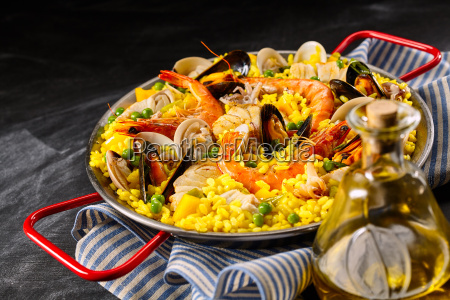 traditional spanish paella a la margarita