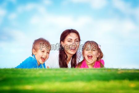 glueckliche familie im freien