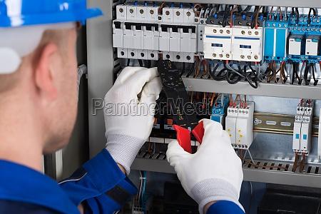 maennlich elektriker reparieren fusebox