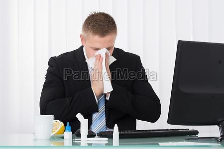krank geschaeftsmann schneuzte