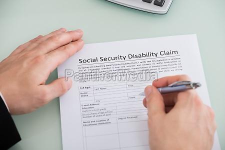 person hand ueber soziale sicherheit behinderung