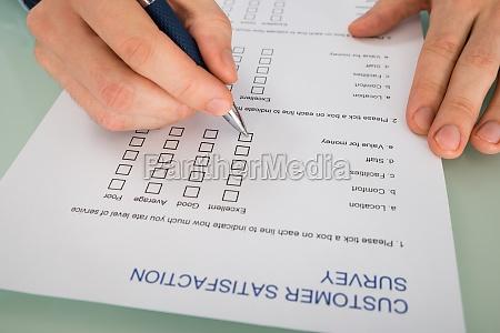 person hand fuellung kundenzufriedenheit formular