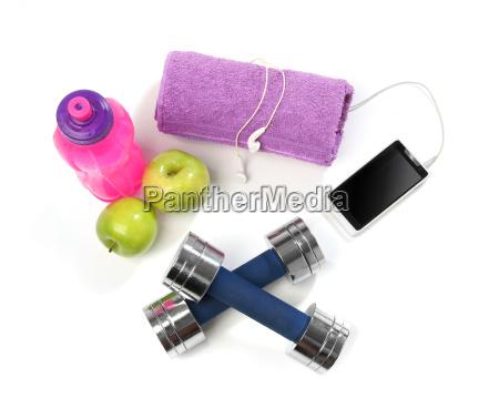 fitnesskonzept mit einer flasche wasser handtuch