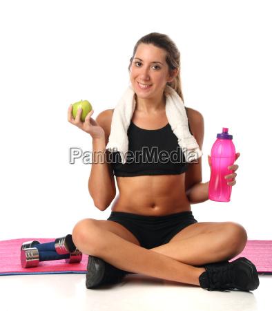 glueckliche junge frau mit ihren fitnessgeraeten