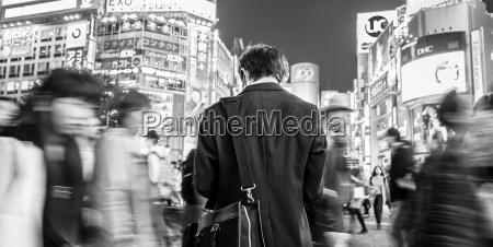 japanischer geschaeftsmann in shibuya tokio japan