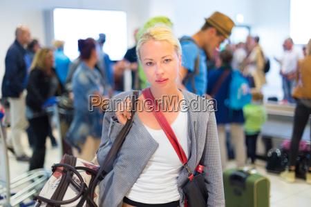 weibliche reisende im flughafen terminal wartet