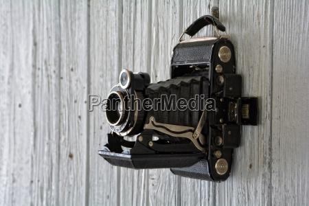 alte kamera haengt an alter weisser