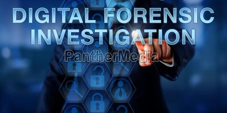 pruefer drueckt digital forensic investigation