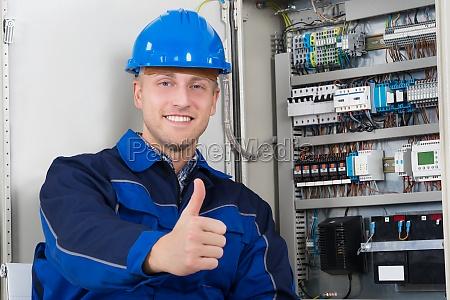 portrait einer gluecklichen jungen maennlich elektriker