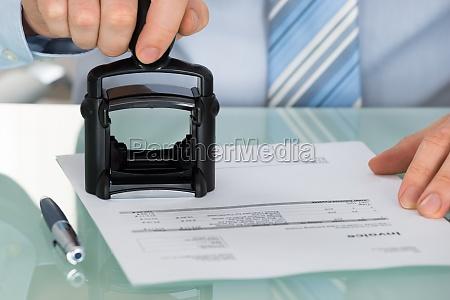 hand der person die dokument am