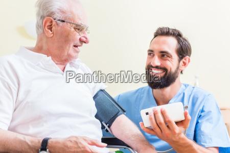 senior mann und altenpfleger in seniorenheim