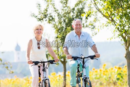 senior frau und mann auf fahrrad