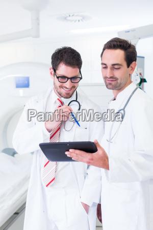 AErzte diskutieren bilder von roentgen scan