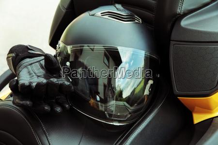 schutzkleidung und sicherheit beim motorsport motorradhelm
