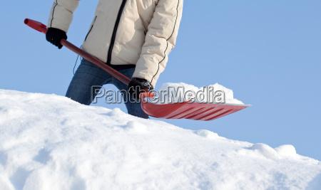 das entfernen des schnees mit einer