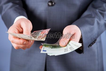 geschaeftsmann zaehlen euro geld