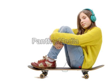 huebsches junges maedchen posiert mit einem