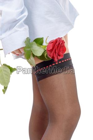 schoene frau beine mit roter rose