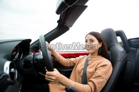 junge frau faehrt cabrio auto