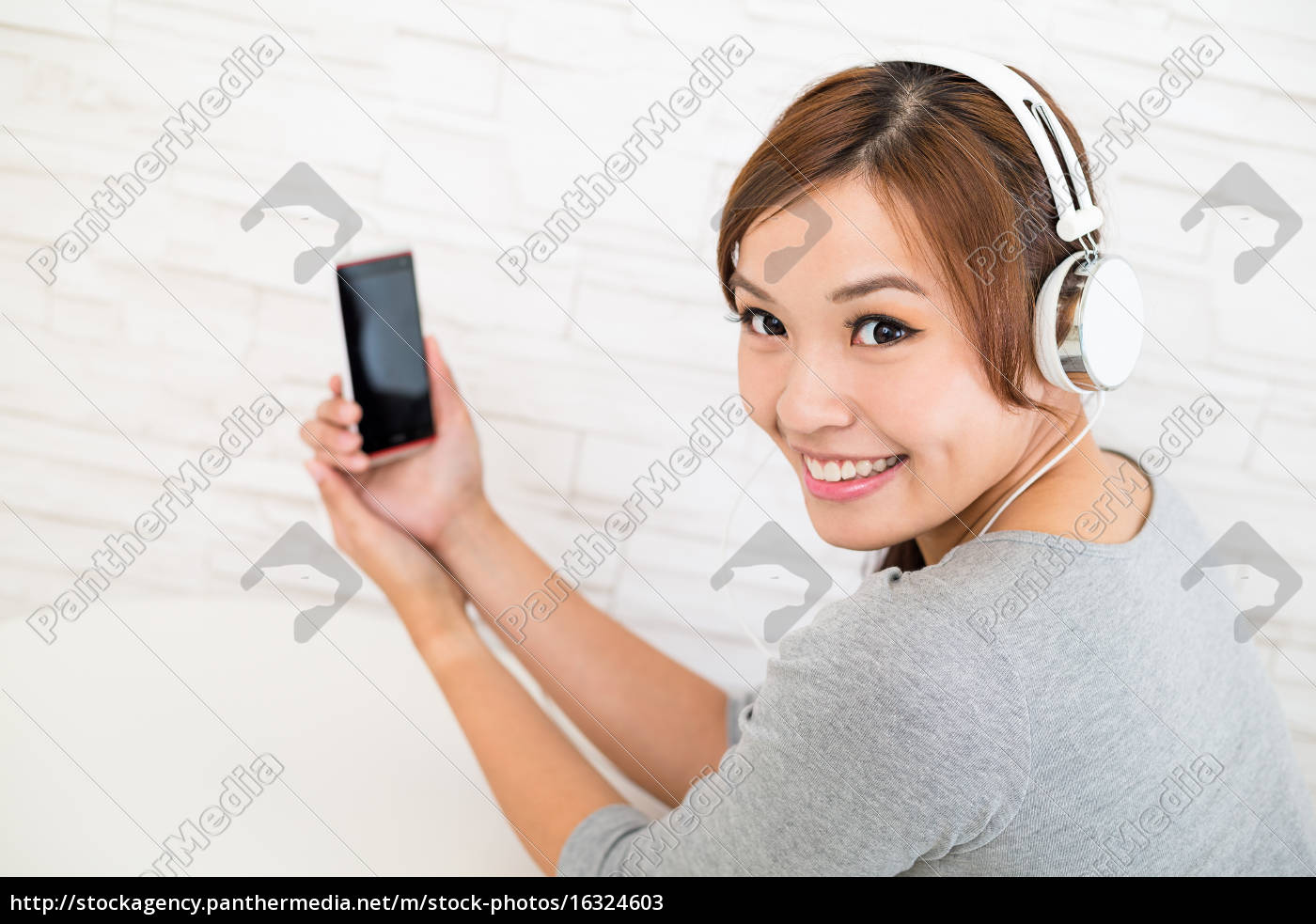 frau, hört, musik, mit, kopfhörer, an - 16324603