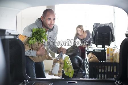 familie im einkaufszentrum auto laden