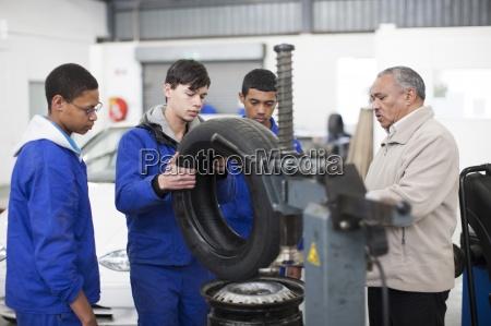 ausbilder und auszubildende in der reparaturwerkstatt