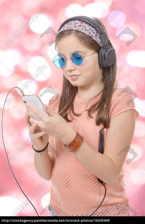 jugendliches, mädchen, die, musik, mit, seinem, smartphone, bokeh - 16339409