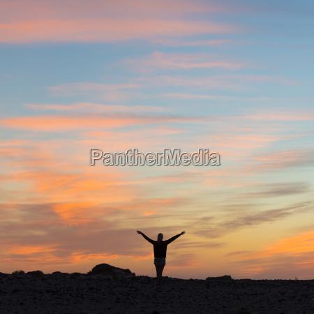 frau geniessen die freiheit bei sonnenuntergang