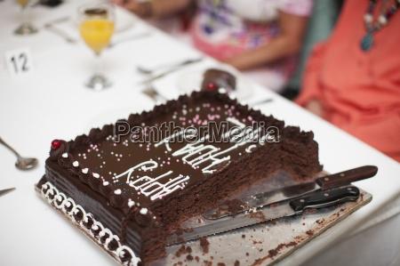 schneiden sie schokoladenkuchen auf dem tisch