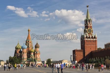 russlandmoskaubasilius kathedrale mit kremlmauer und spasskaya