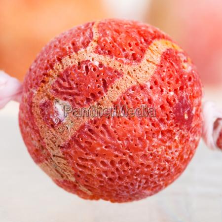 perle aus orange schwamm korallen edelstein