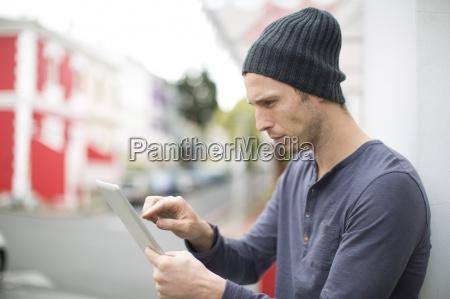 portrait des jungen mannes mit digitalen