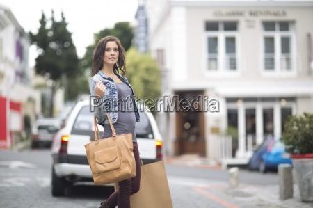 frau mit einkaufstasche auf der strasse