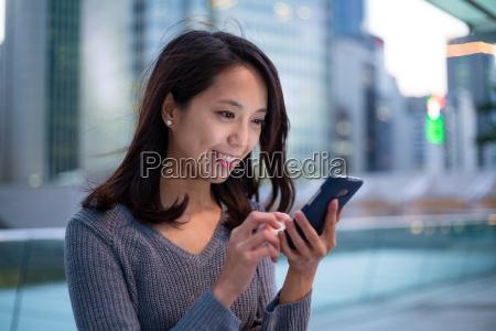 frau nutzung von mobiltelefon in hong