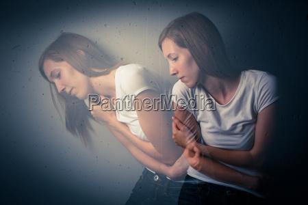 junge frau die eine schwere depression